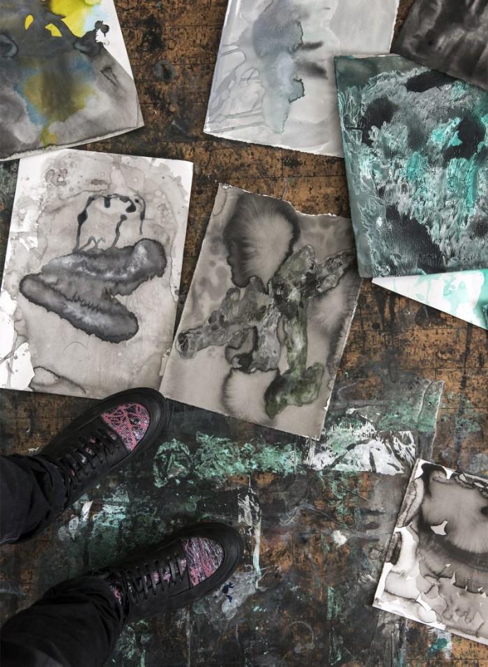 Work in progress på ateljégolvet. Bland olika mönster skymtar Martins sneakers, ett samarbete med skomärket Reschia, i butik i april 2016.