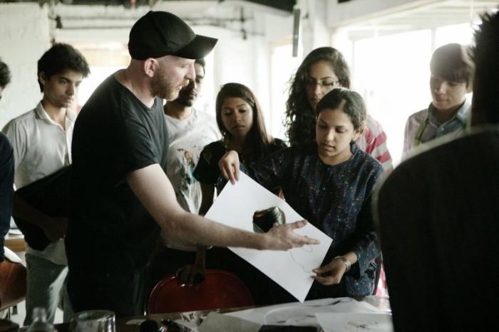 Martin i full färd i en workshop med studenter från designutbildningen NIFT i Delhi.