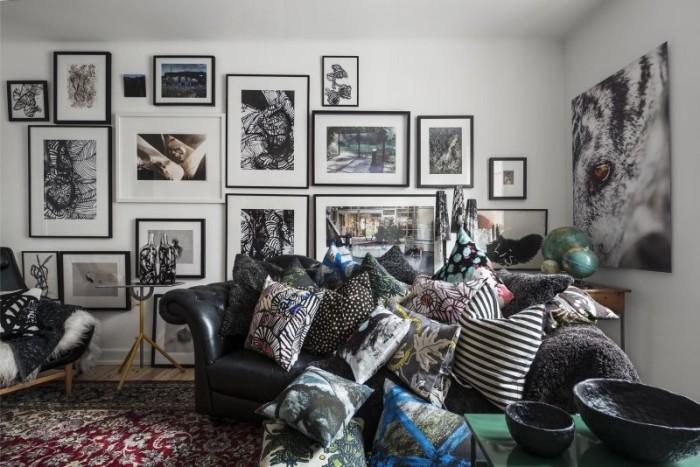 I vardagsrummet trängs kuddarna med Martins olika printar med Gunila Axéns mönster, och kuddar från Svenskt tenn, Artek, och Afroart. Skålar i metall från kollektionen Svärtan för Ikea.