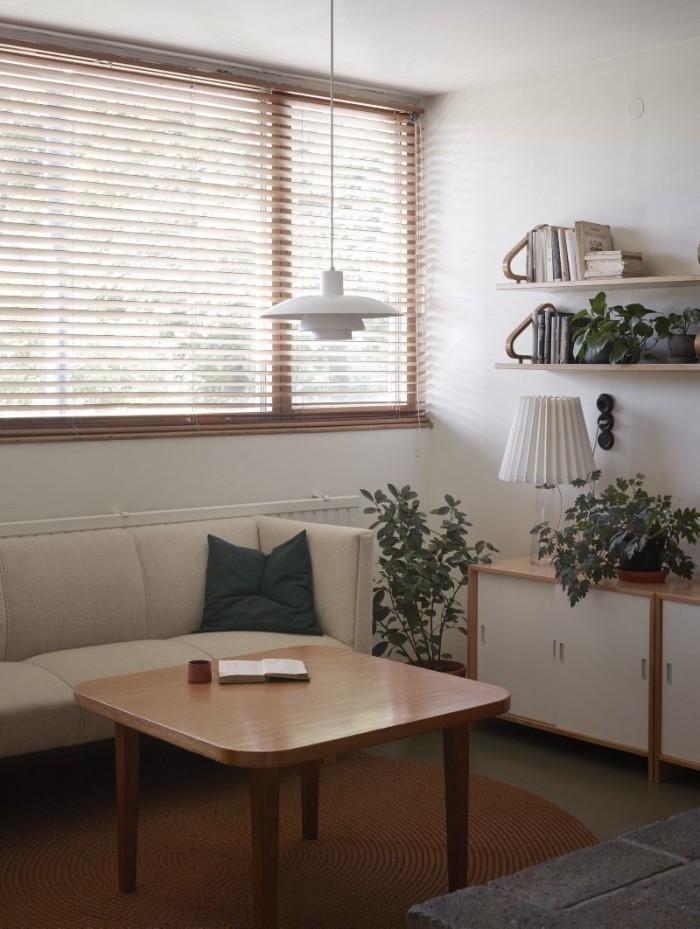 På ovanvåningen finns ett andra vardagsrum. Lampa Poul Henningsen. Lampan på sideboarden är av Maire Gullichsen. Terracotta- kopp, Jatta Lavi, Lokal Helsinki. Hyllor, Aalto.