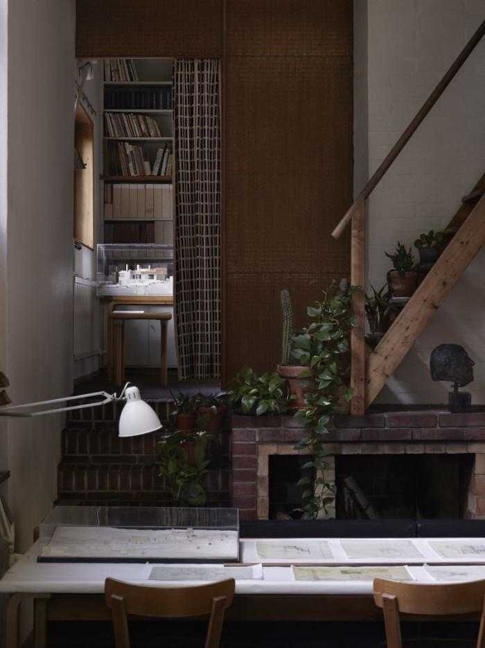 Aaltos kontor som han använde i huset mellan 1936–50. Bakom gardinen i mönstret Siena som ritades av Aalto finns ett litet bibliotek. Trappan leder till ett litet galleri som också användes som kontor.