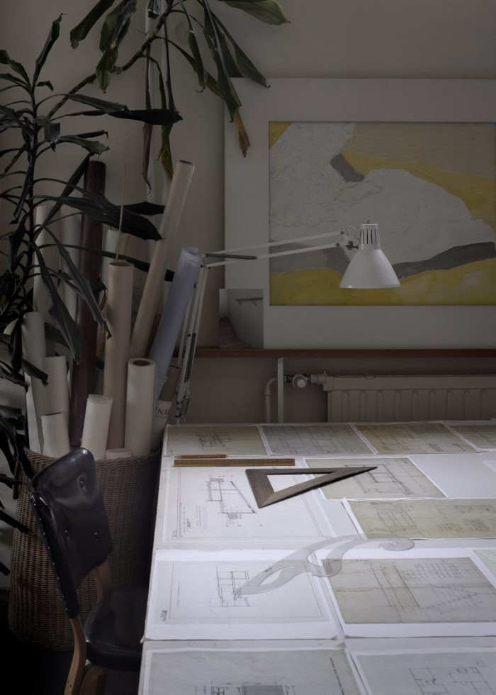 Arbetsrummet. På bordet ritningar och en modell av Säynätsalos stadskärna.