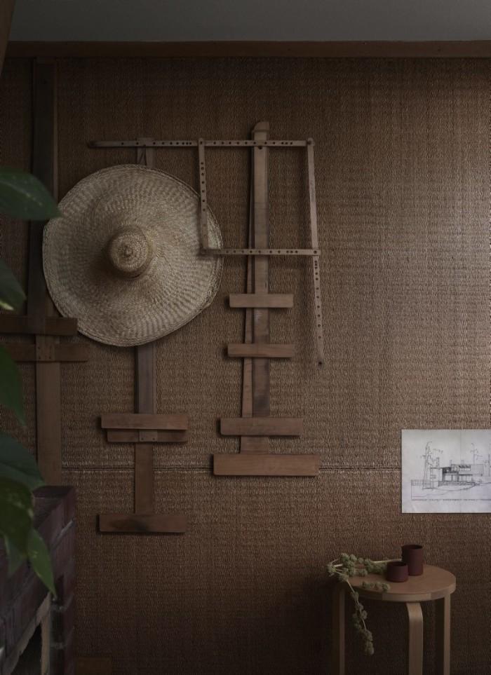 På kontoret en vägg klädd i juteväv och en av de klassiska Aalto-pallarna.