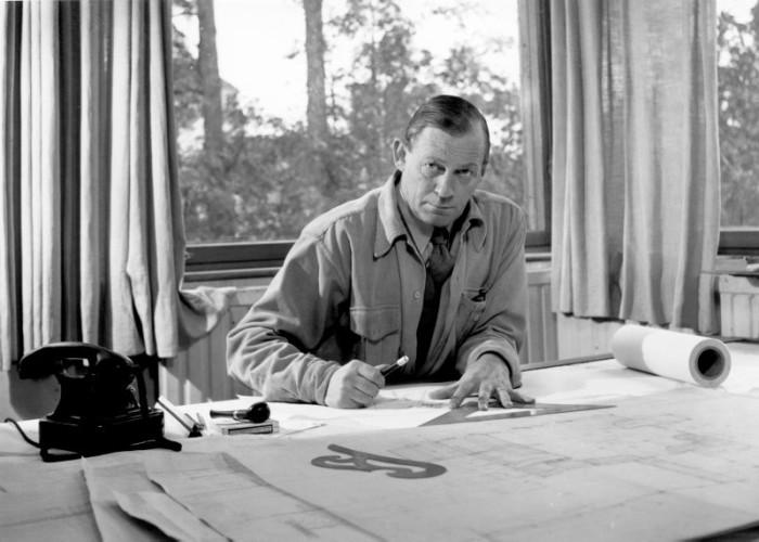 Alvar vid ritbordet i huset. Han samarbet- ade tätt med både första hustrun Aino, som också var arkitekt och formgivare, och även fru nummer två.