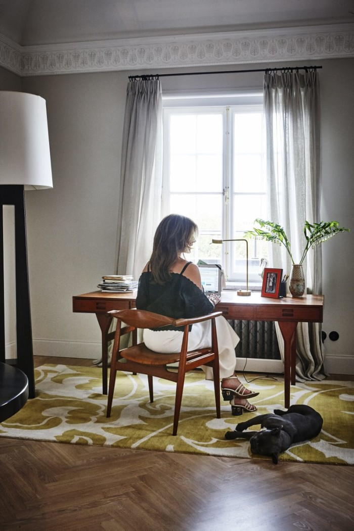 Nathalie vid skrivbordet. Alla gardiner i lägenheten är inköpta hos Agneta Quicker, AQ living.