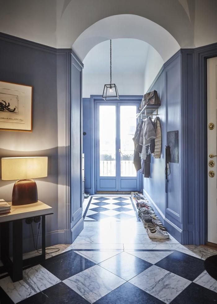 Från hallen kan man titta ut på inner- gården. Lampa Christian Liaigre. Konst Bernard Vener. Pendel inköpt i London. I hallen hänger konstverket NO av Santiago Sierra, inköpt via Liliana Tovar.