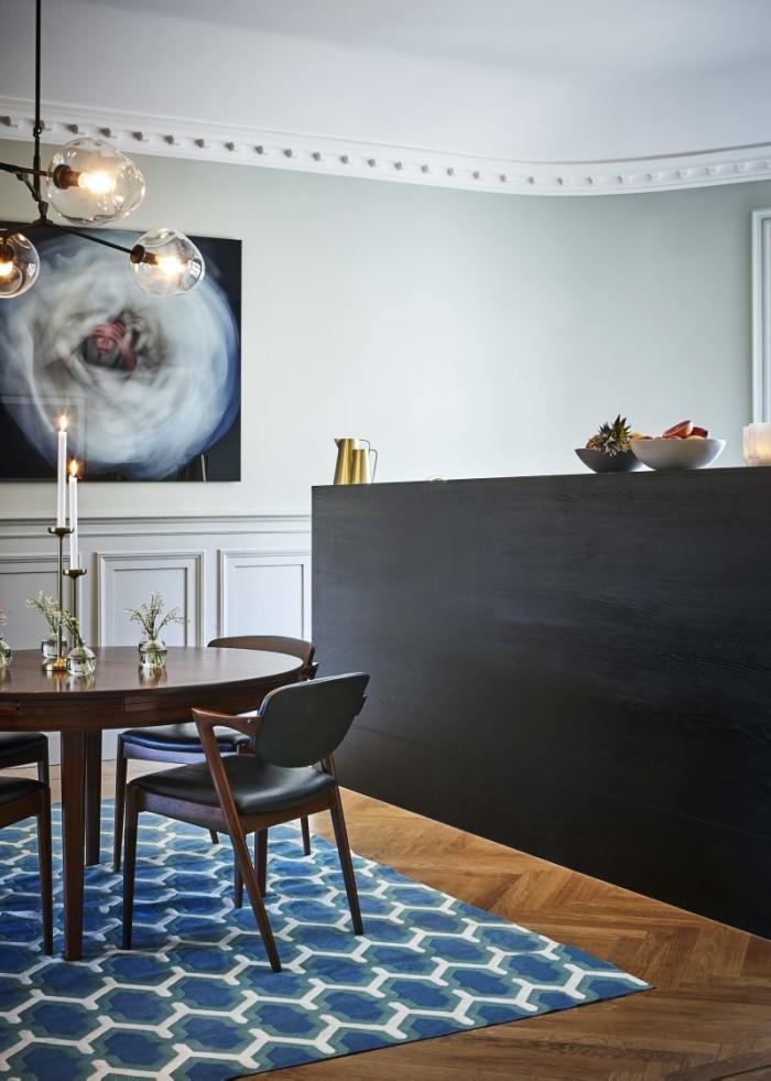 All stuckatur som finns i lägenheten är nygjord. Tavlan är ett verk av Charlotte Gyllenhammar.