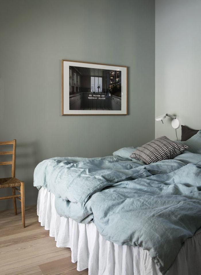 På ovanvåningen hittar man föräldrarnas sovrum med ett anslutande badrum samt lilla Alvars rum och en liten arbetshörna.