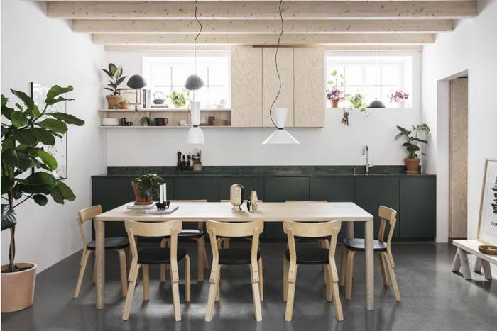 Den långa köksbänken fick en avvikande färg för att den skulle kännas mer som en möbel än ett arbetskök. Det är specialbyggt av Lappvattnet snickeri. Den gröna färgen valde Madeleine som älskar växter och grönska. Runt bordet Alvar Aaltos stol 69 från Artek. Takpendel Alphabeta pendant duet av Luca Nichetto för Hem.