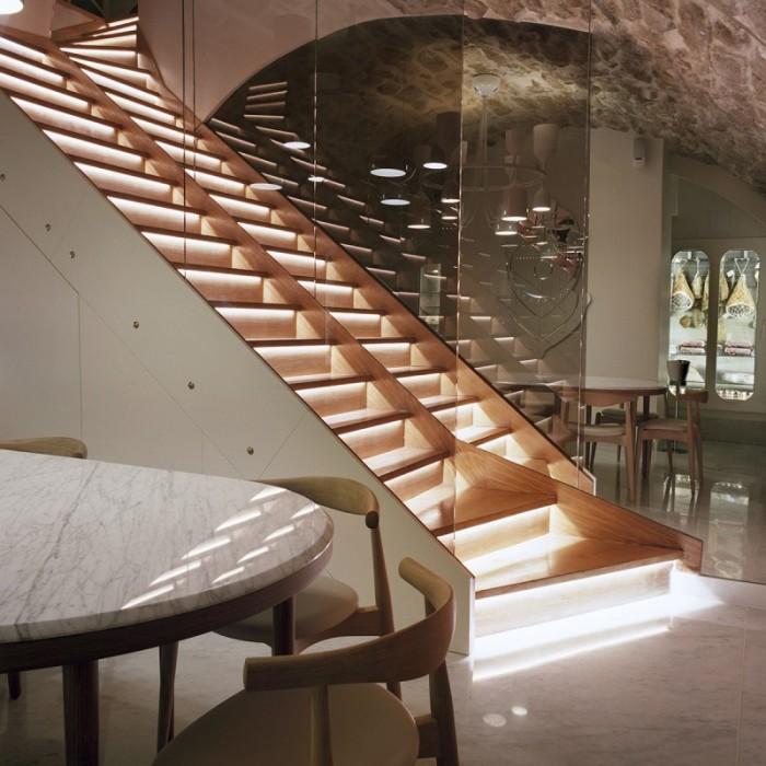 Restaurangen har inretts efter ledorden enkelhet , harmoni och värme.