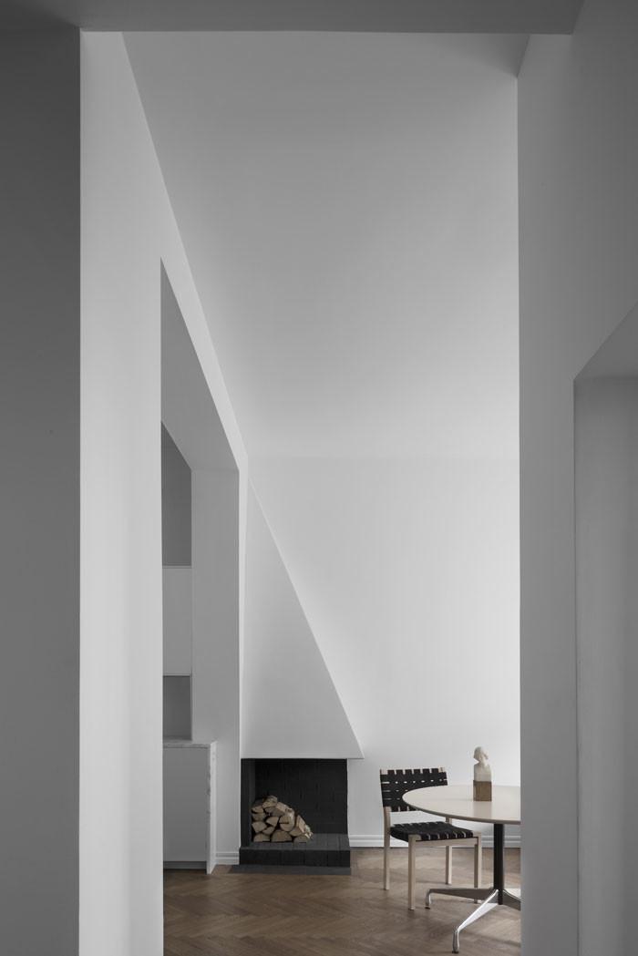 Stol 611 av Alvar Aalto för Artek. Skulptur i alabaster från tidigt 1900-tal. Matbord Segmented table, design Charles och Ray Eames för Herman Miller.