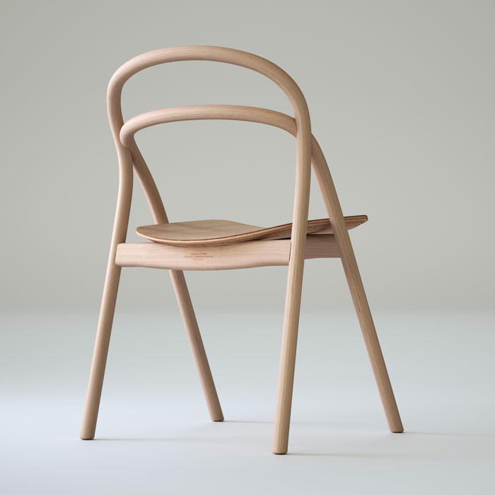 Stolen Udon chair är tillverkad i bok och finns i fem färger: svart, brun, grön, blå och naturell. Finns i nätbutik i oktober. Pris 2900 :-