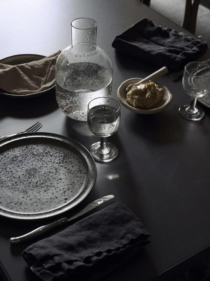 På bordet karaff av Carina Seth Andersson för Hope, Tallrikar från KH Würtz och besticken från Laguiole. Smörskål och sked av Gustaf Nordenskiöld. Glasen är gamla franska bistroglas som Lotta samlat på sig från loppisar i Frankrike.