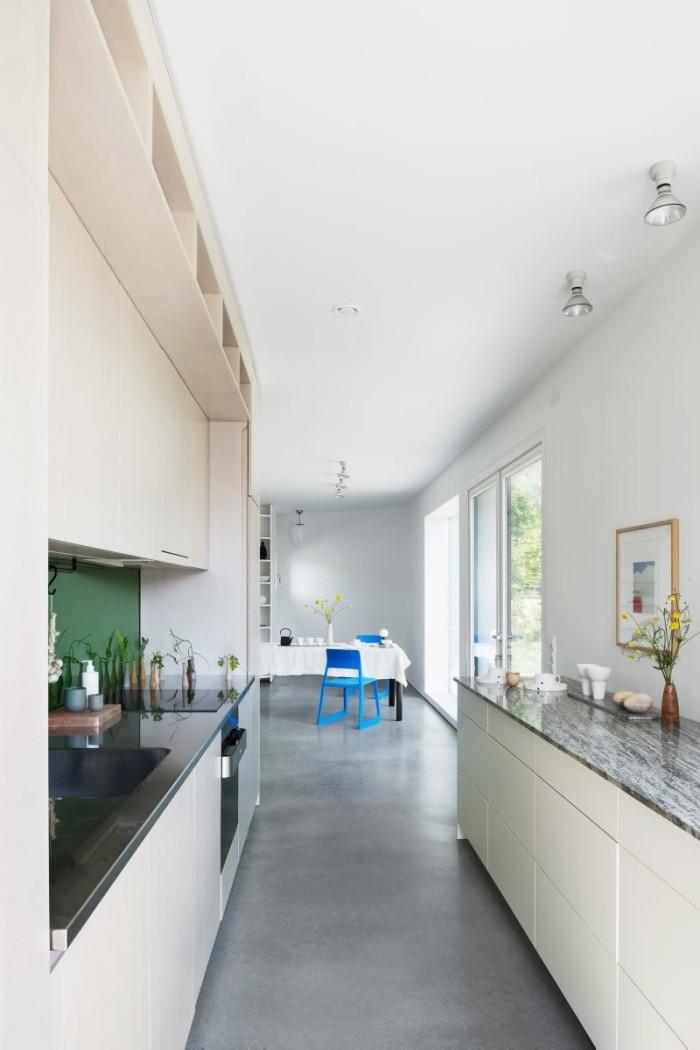 Platsbyggt kök i plywood och med granitskiva. Stolar vid matplatsen, Tip ton av Vitra.