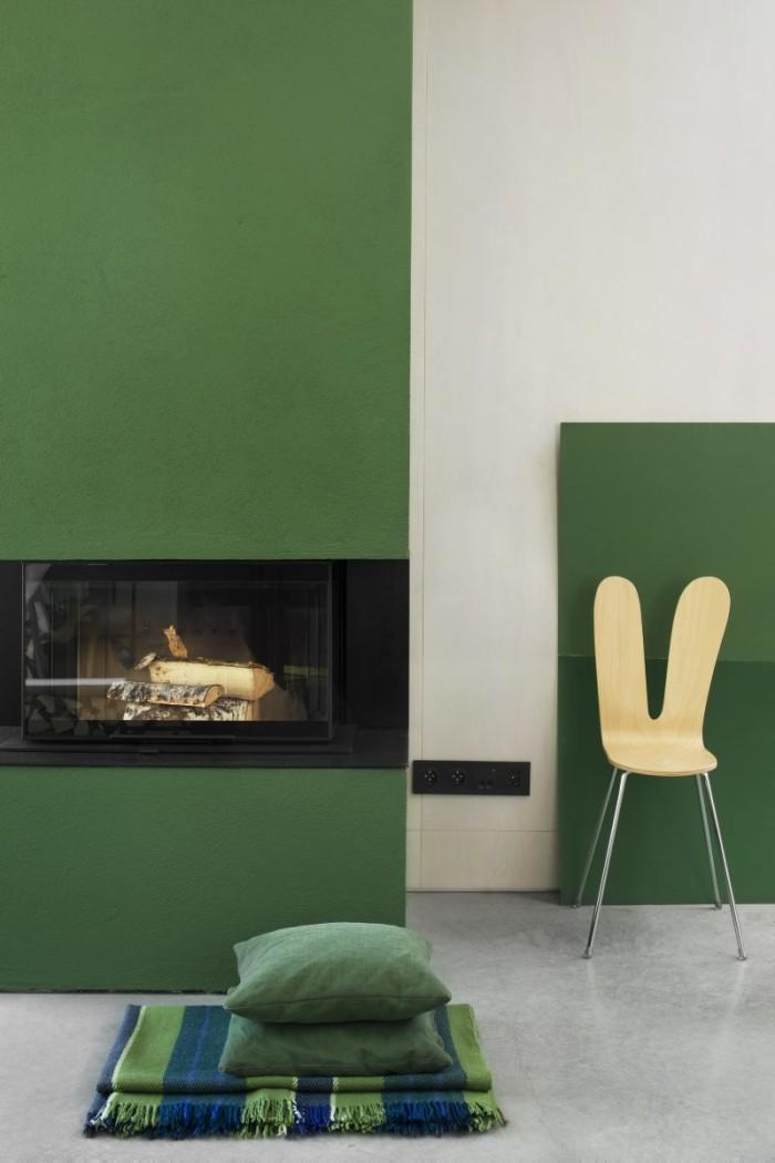 Ett hus fullt av möjligheter att skapa fina vrår. Den öppna spisen fick en härlig grön färg. Stol Asplund.