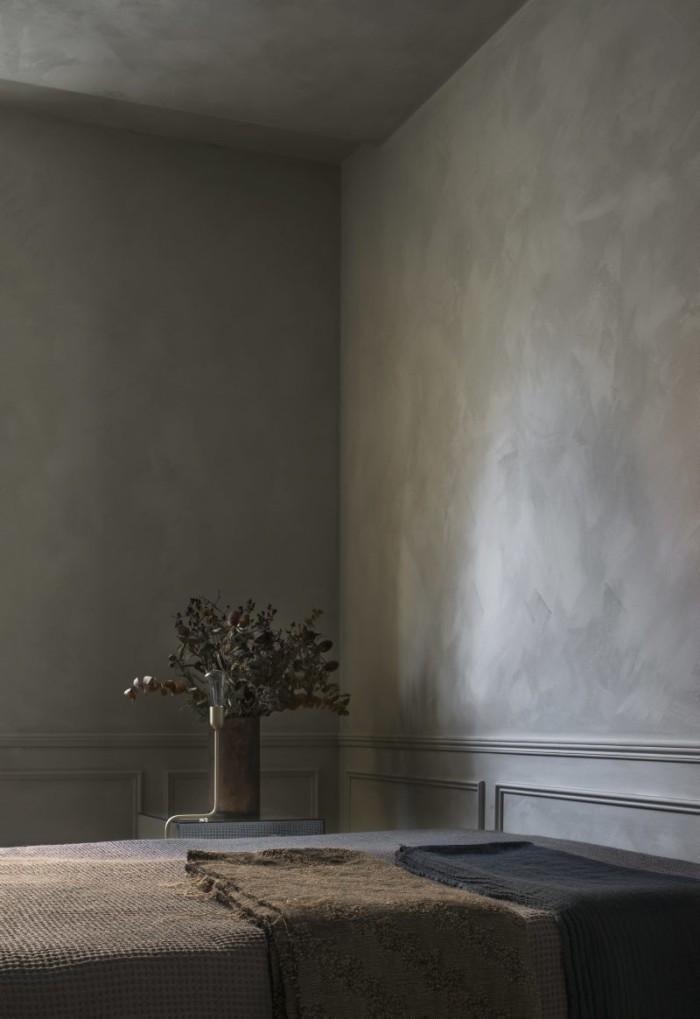 I sovrummet Jotun Lady Minerals Smooth white. Lampa Kavaljer, Rubn lighting. Vas antikfynd från New York. På sängen olika textilfynd, tygbit från Kina, pläd, Society.