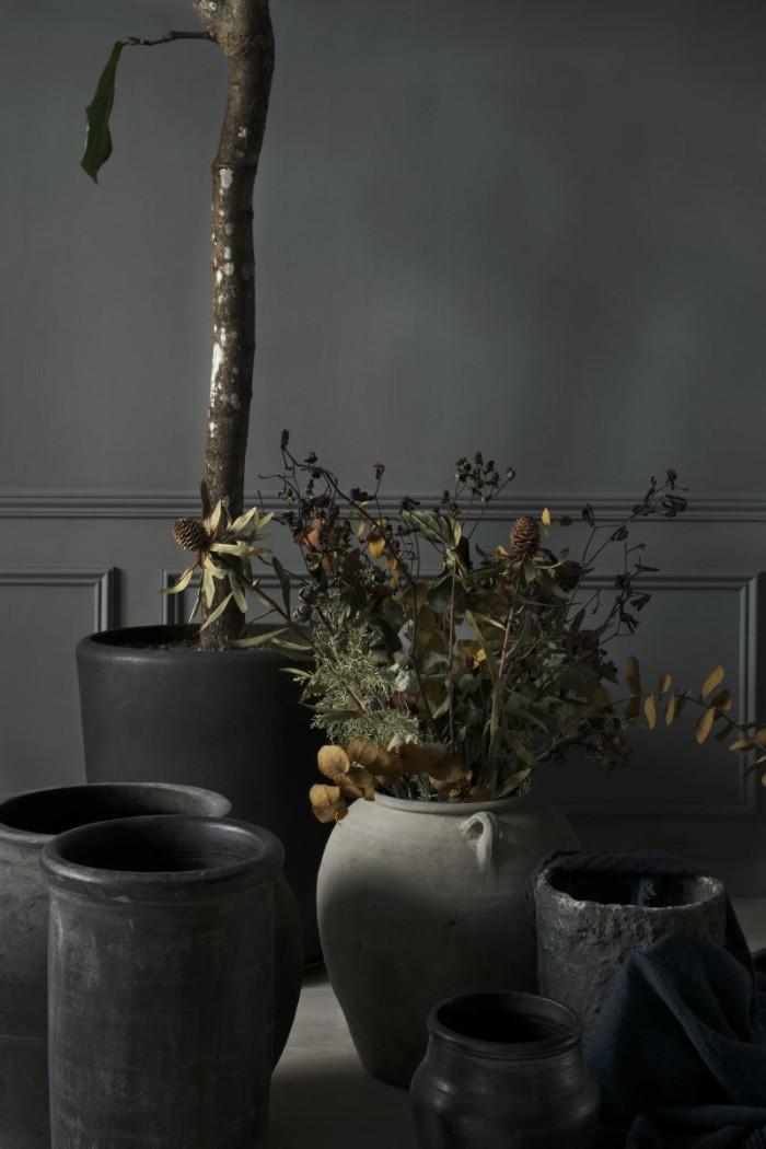 Vaser från Kina, inköpta via Kinakontakt, och svarta vaser från Merci. Stor kruka från Olsson & Gerthel.