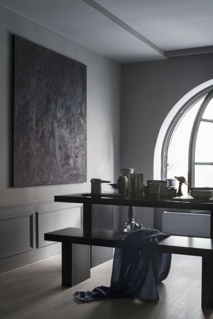 Konst på väggen målad av Robin. Bänk och bord, Tommaso från Zeus. Tekanna i cement, FCK, Serax. Diverse vaser, ljushållare Maison Martin Margiela, svamp antikfynd. Väggfärgen Pure & Original, Oyster Grey.