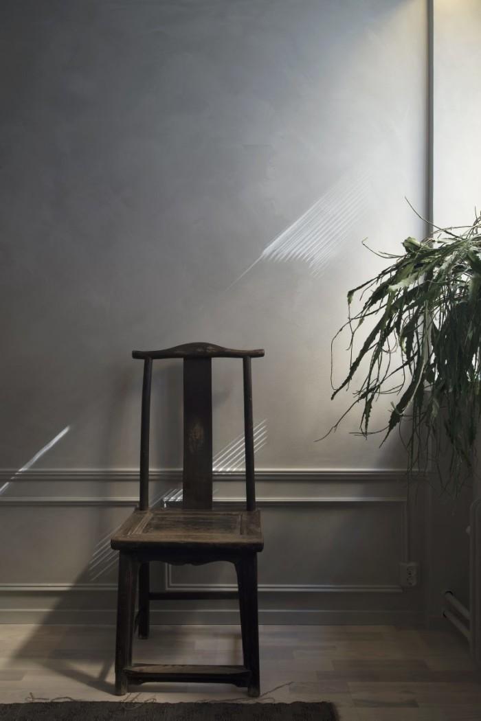 Stolen är 150 år gammal och från Kina. Väggfärg Lady Minerals, Smooth White. Listerna på väggen har Robin och Ejub satt upp själva.