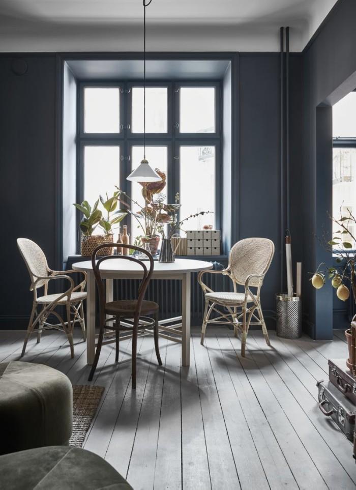 Framför fönstret står matbordet Björksnäs från Ikea. Rottingstolar Rossini från Sika design/Artilleriet och en Thonetstol köpt på auktion. Taklampa från Byggfabriken. I förgrunden skymtar sittpuffar i sammet från Normann Copenhagen.