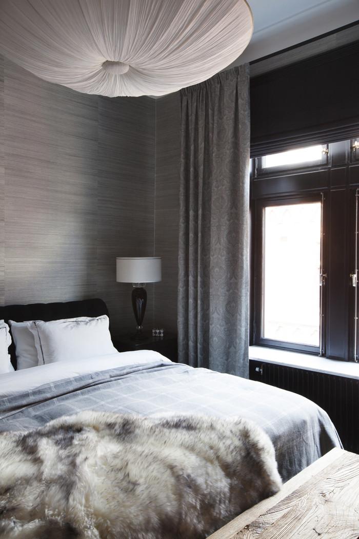 Om eftermiddagarna lägger sig kvällssolen som ett dunkelt filter i sovrummet.