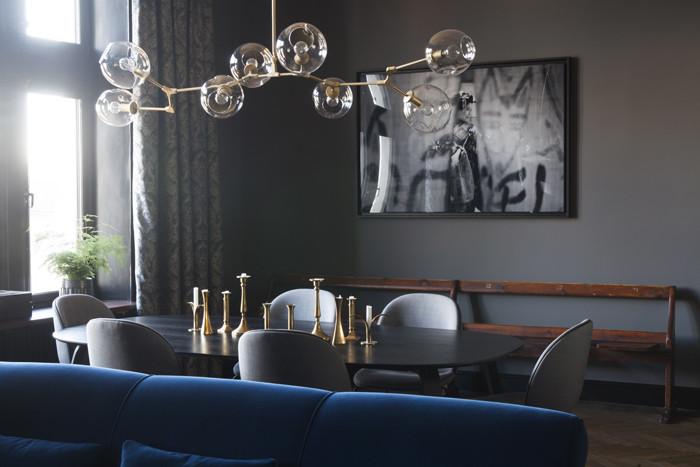 1. Den kornblå soffan har flyttat med från parets tidigare hem i New York. Matsalsbord Ellips och stolar Beetle chair, Gubi. Taklampa av okänt ursprung. Den gamla biografbänken i trä från tidigt 1900-tal är köpt på auktion. Print i ram, Scène japonaise av Xabi Etcheverry, Yellowkorner.com. Samtliga gardiner i våningen är måttbeställda hos Gardinmagasinet.