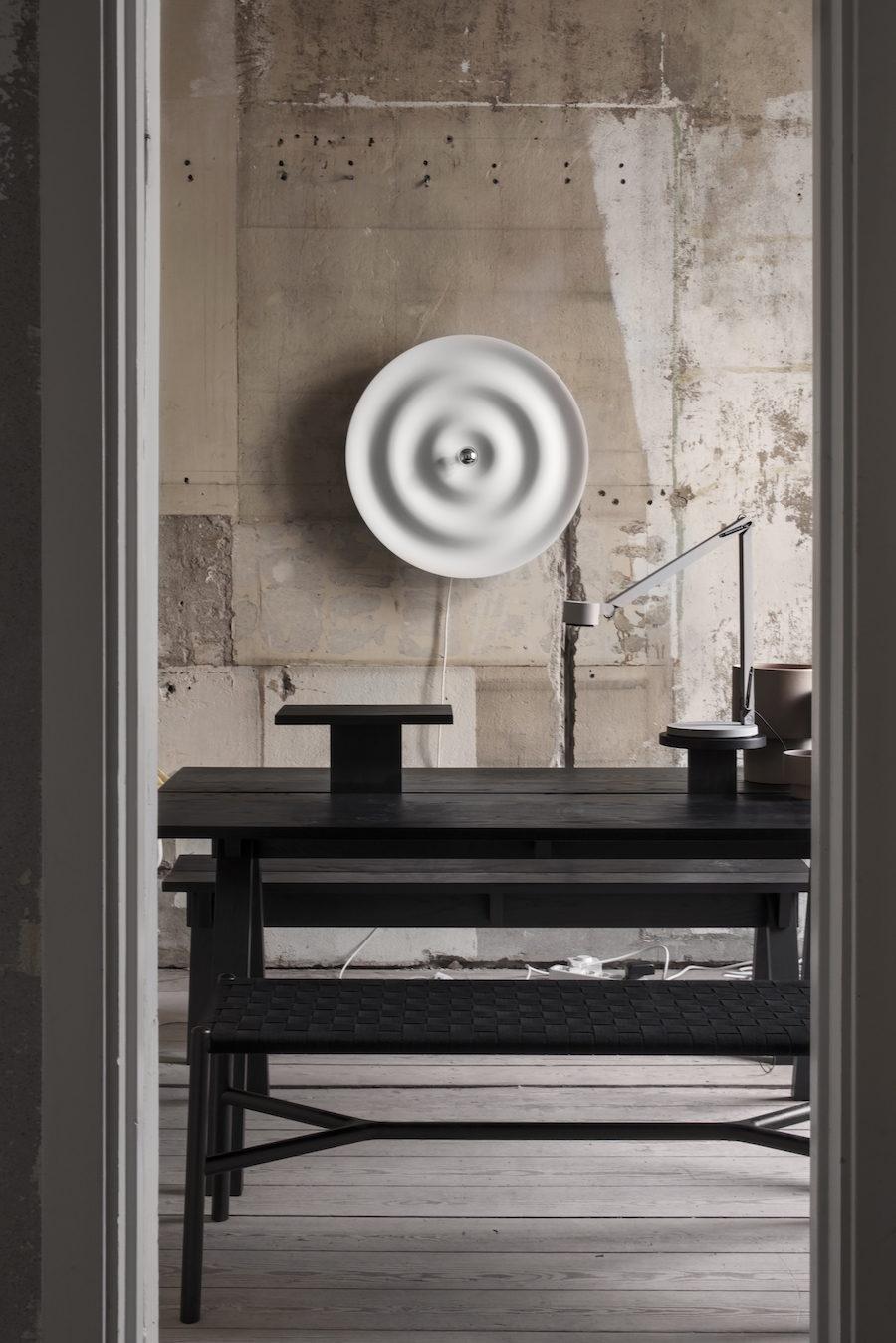 Bild på lampa från Wästberg tillsammans med möbler från Ariake på Residences uställning A quiet reflection.