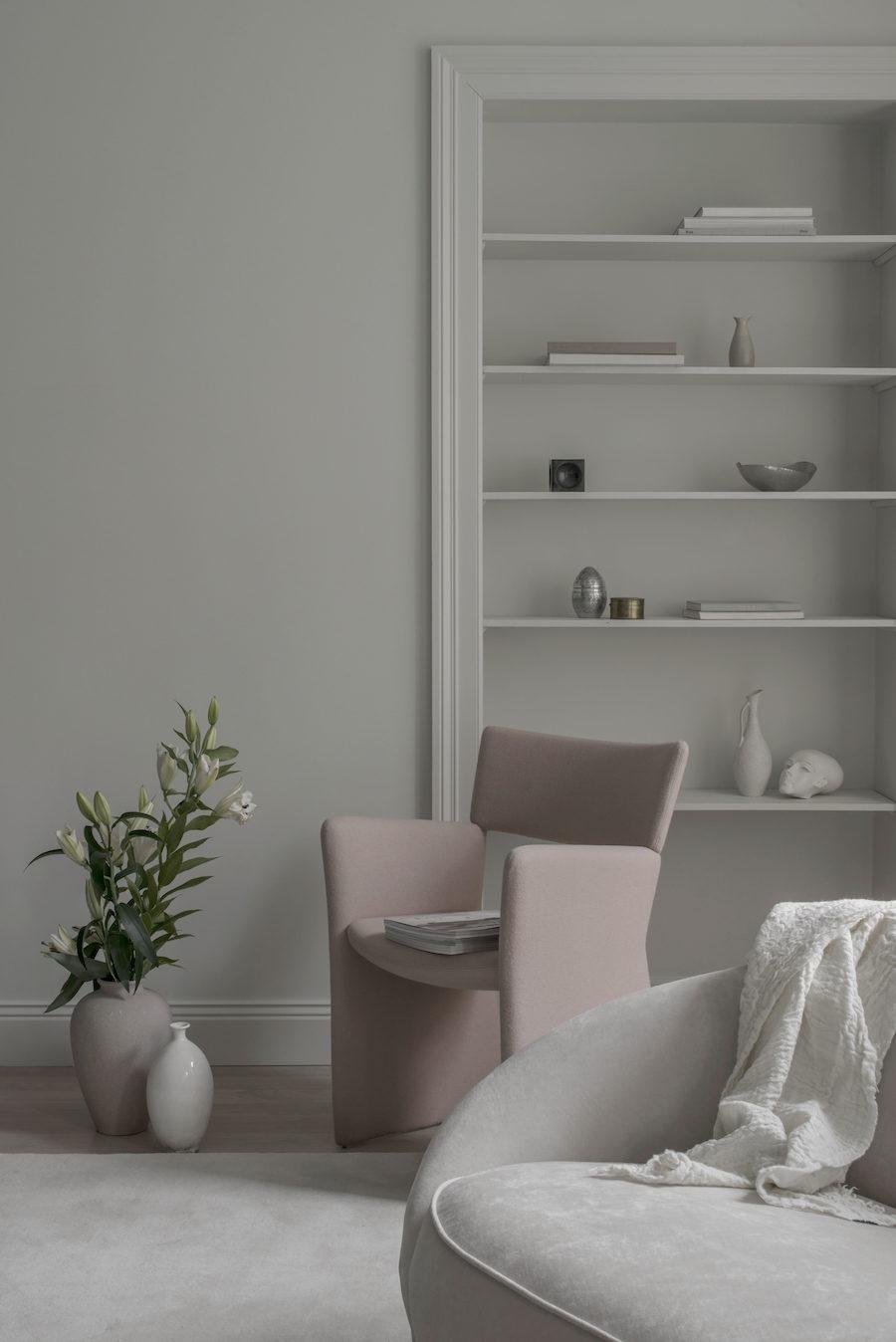 Bild på bokhylla, fåtölj och soffa från Massproductions.