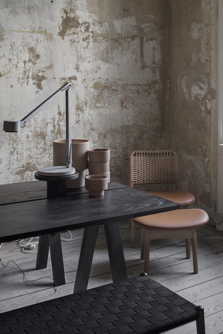 Bild på bord och bänk av Gabriel Tan tillsammans med stol av Anderssen & Voll på Residences utställning A quiet reflection.