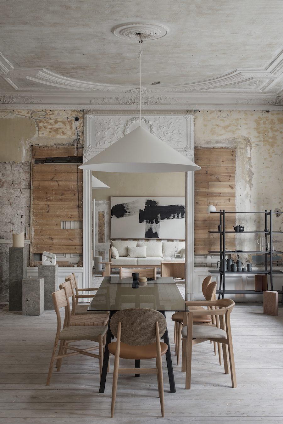 Bild på matbord och stolar från Residences utställning a quiet reflection tillsammans med Ariake.