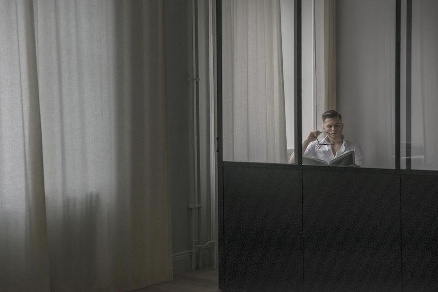 Alexander Söderqvist i sin lägenhet.