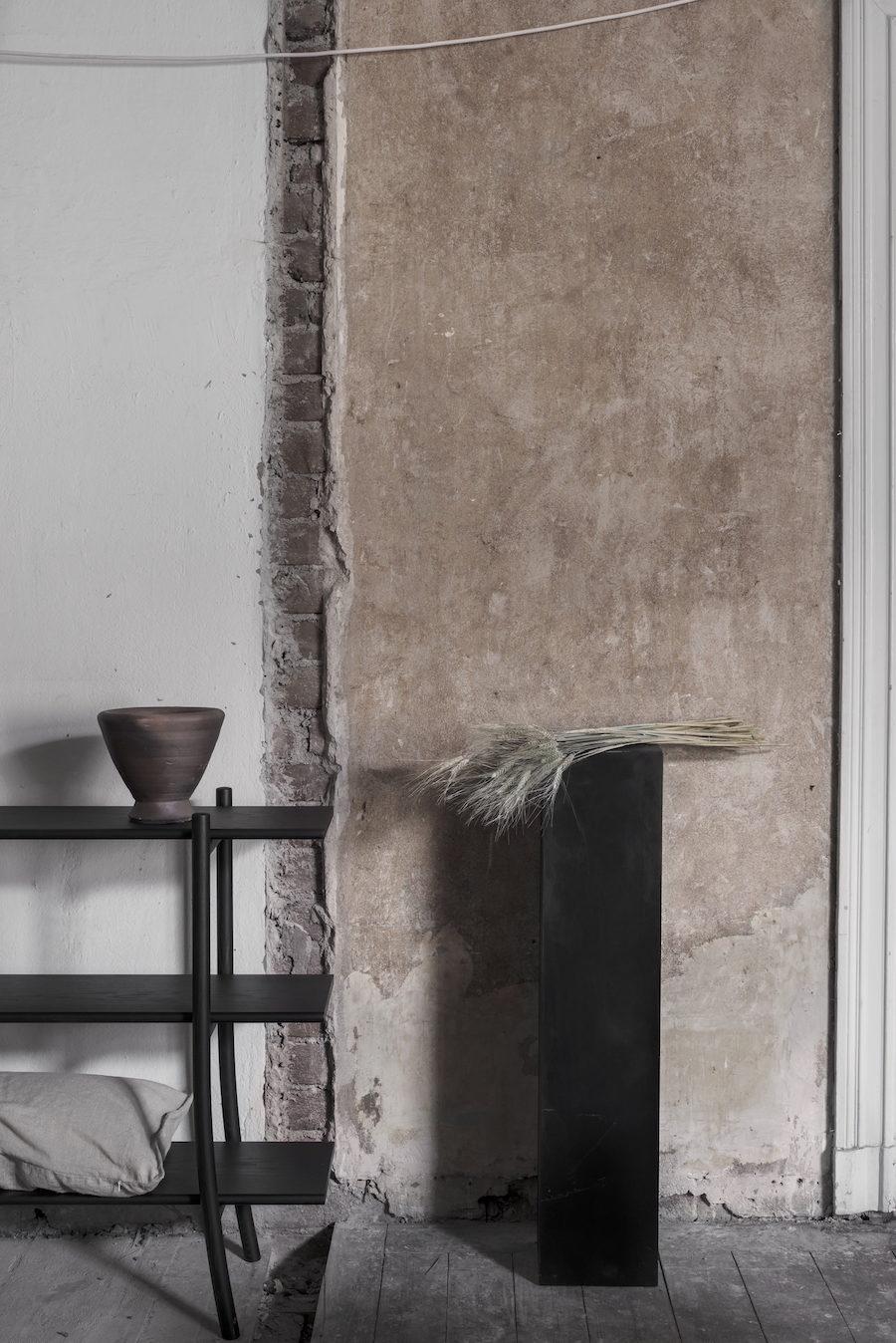 Bild på bokhylla av Gabriel Tan för Ariake, piedestal av Matti Carlson för Residences utställning A quiet reflection.