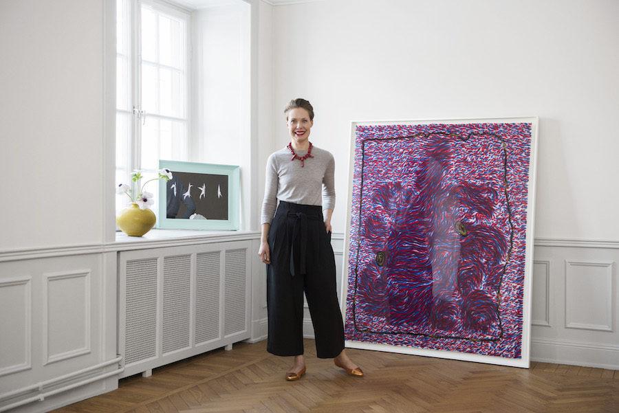 Karin Aringer framför konstverk.