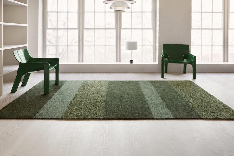 Kasthalls nya matta tillsammans med två gröna fåtöljer.