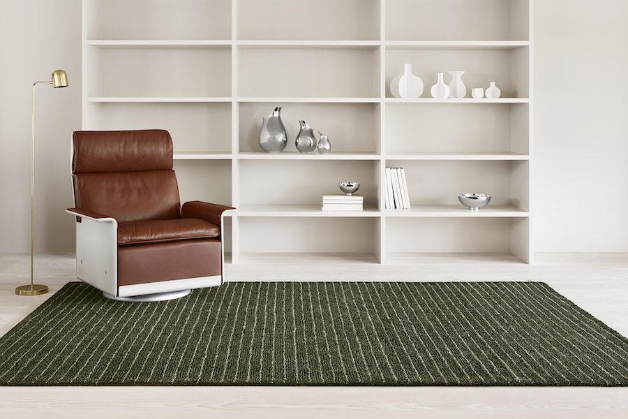 Kasthalls nya matta tillsammans med bokhylla och fåtölj.