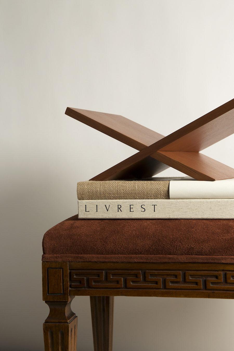 Närbild på bokstöd från Claes Daléns designkollektion Livrest.