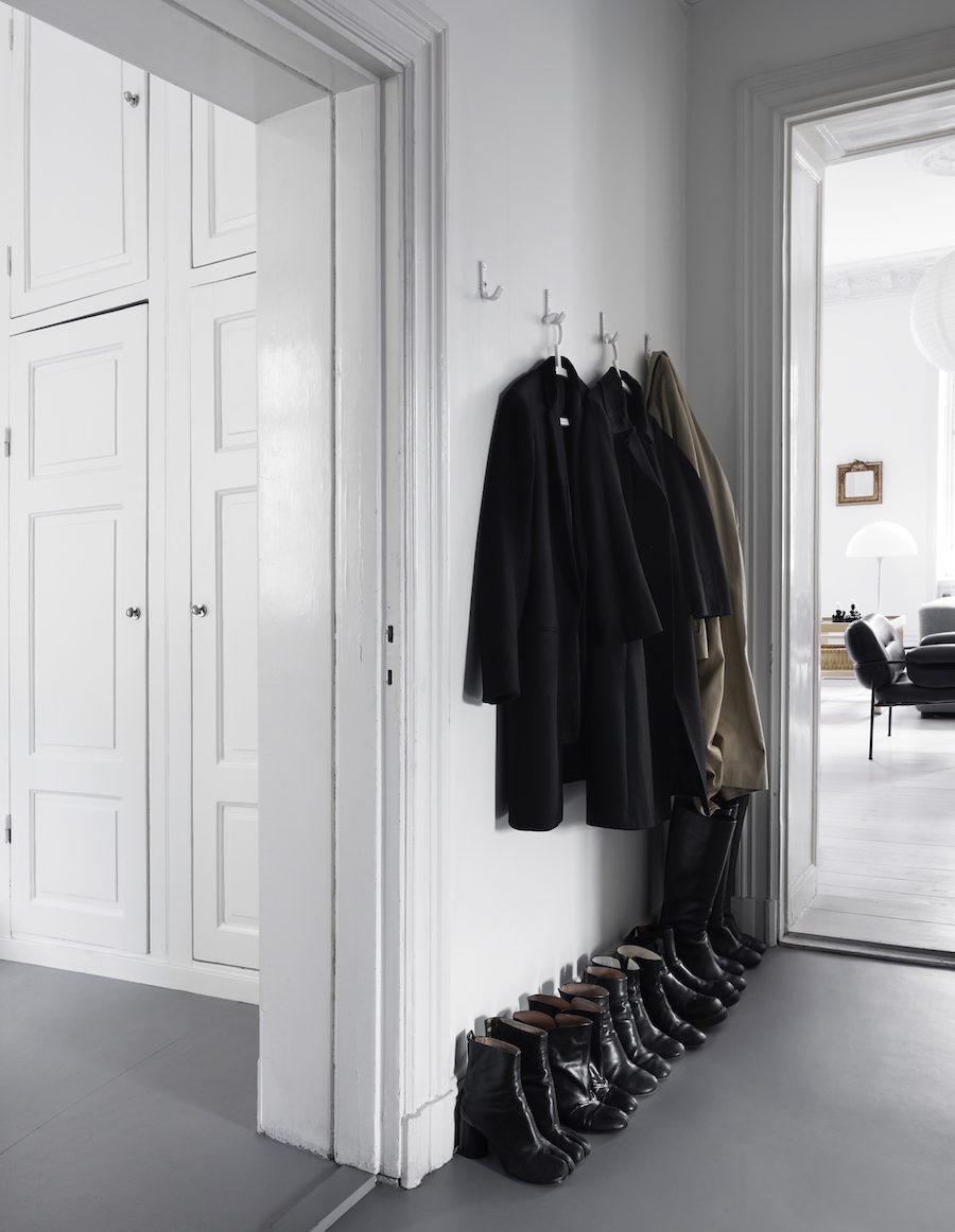 Bild på jackor och skor hemma hos Anna Teurnell.