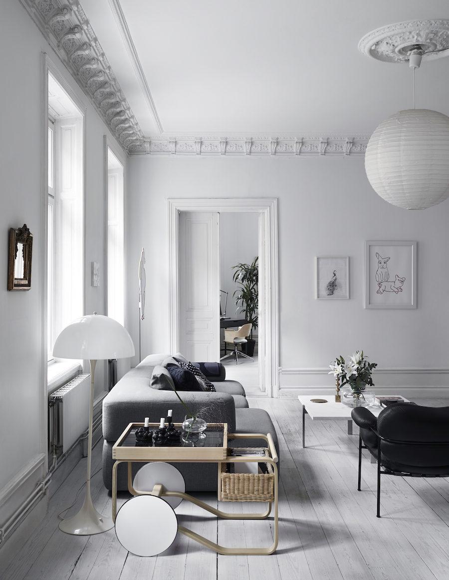 Anna Teurnells vardagsrum med soffa, rislampa och golvlampa från Verner Panton.