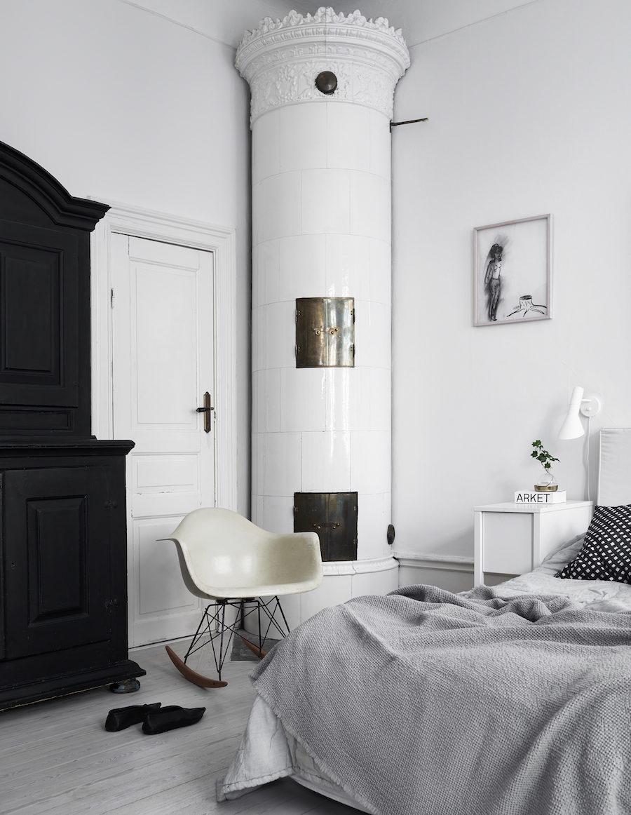 Bild på Anna Teurnells sovrum med kakelugn.