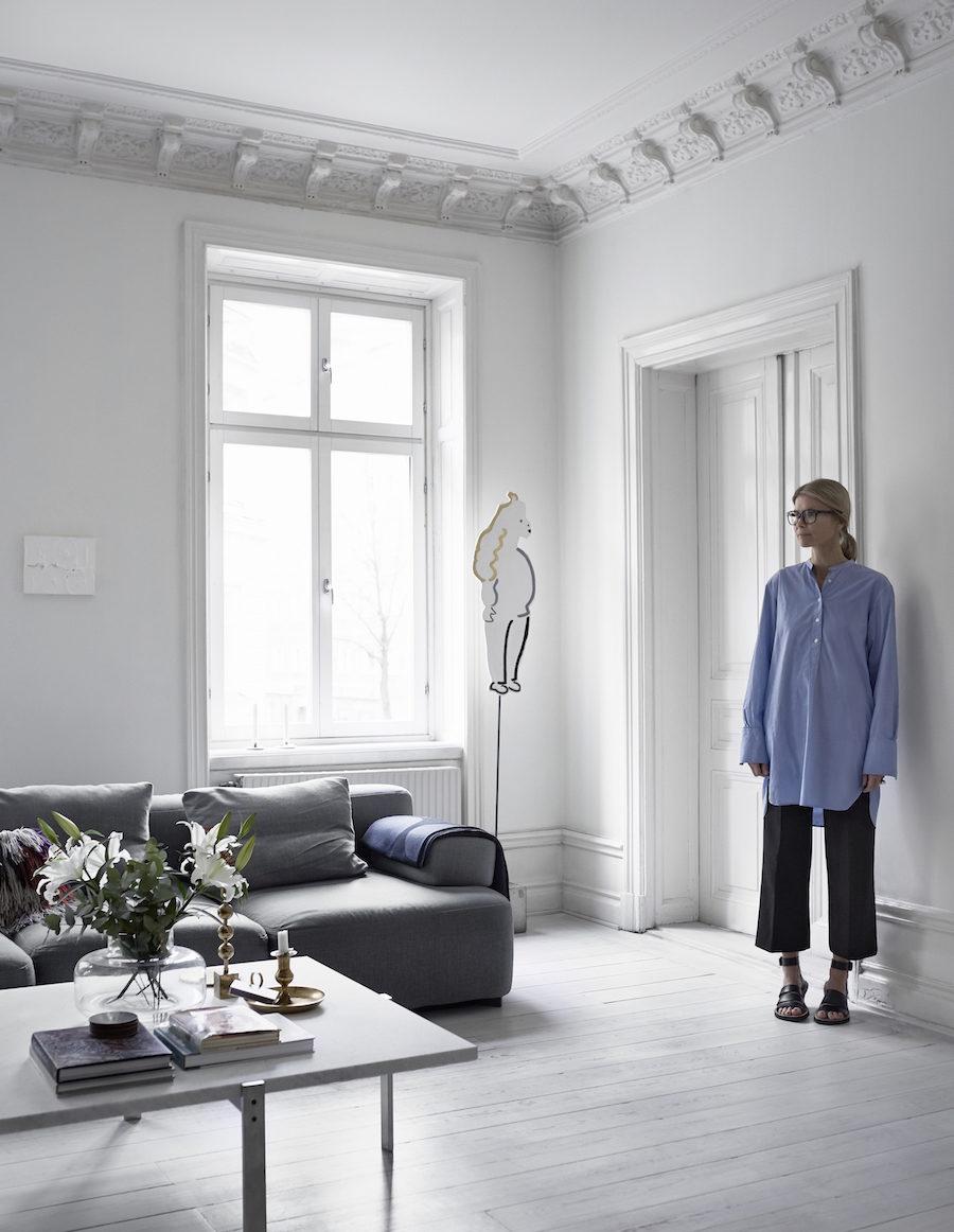 Anna Teurnell i sitt vardagsrum.