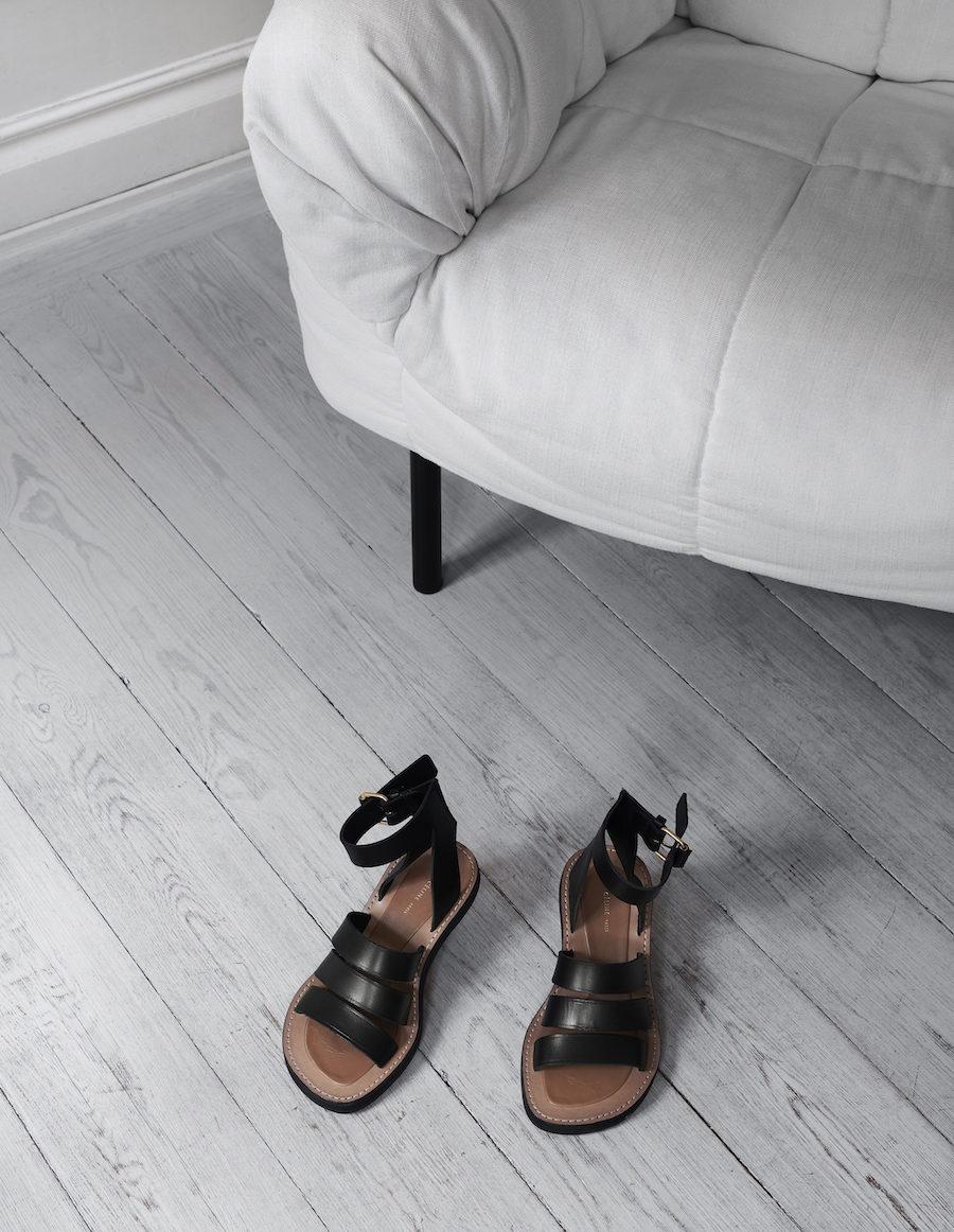 Närbild på skor från Céline.