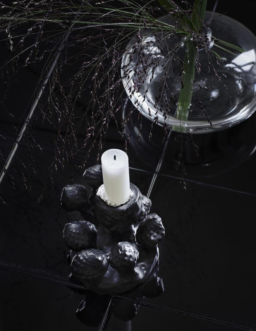 Närbild på vas från Arket och keramik från Kina Björklund.