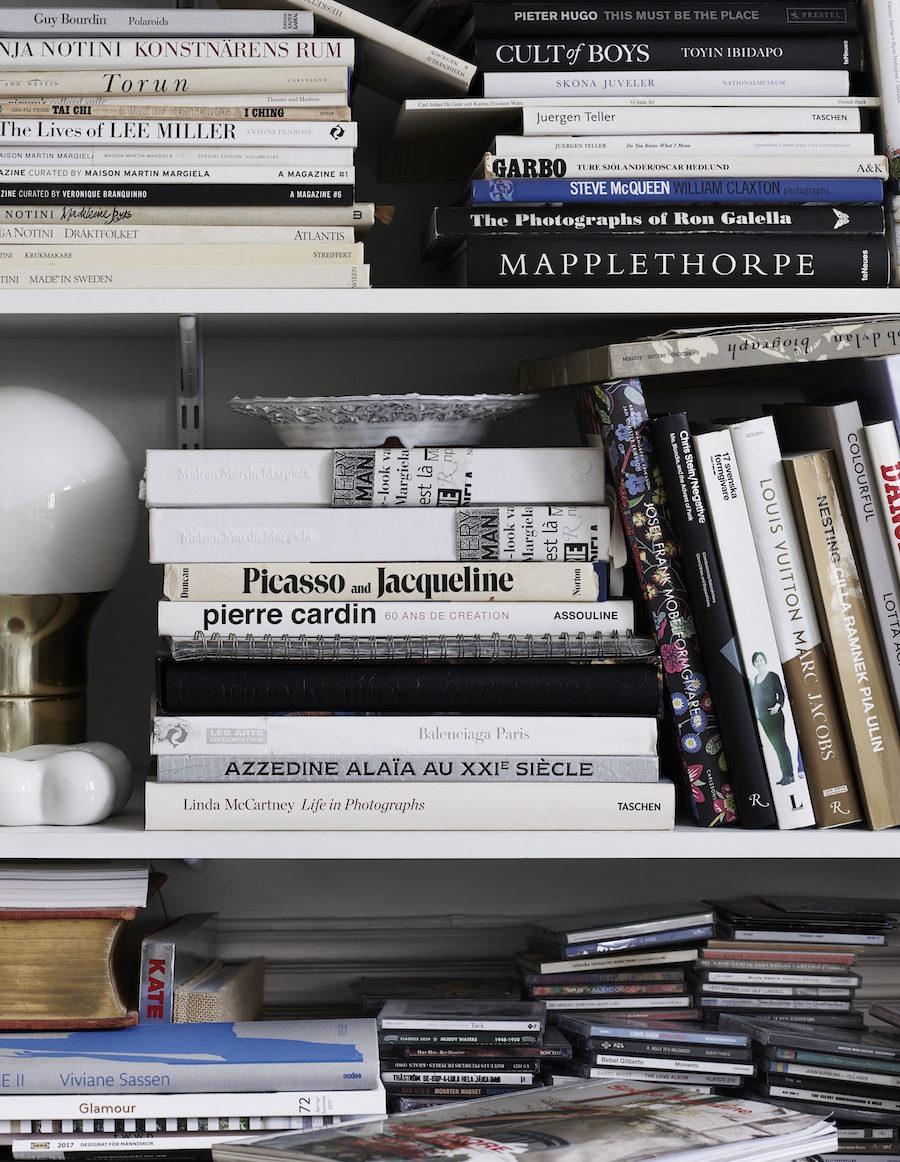Böcker och fotokonst i bokhylla.