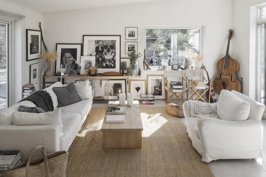 Bild på vardagsrum med fotoböcker och fotokonst hemma hos Johan Fredlund och Jenny Kästel Tavassoli ute i skärgården.