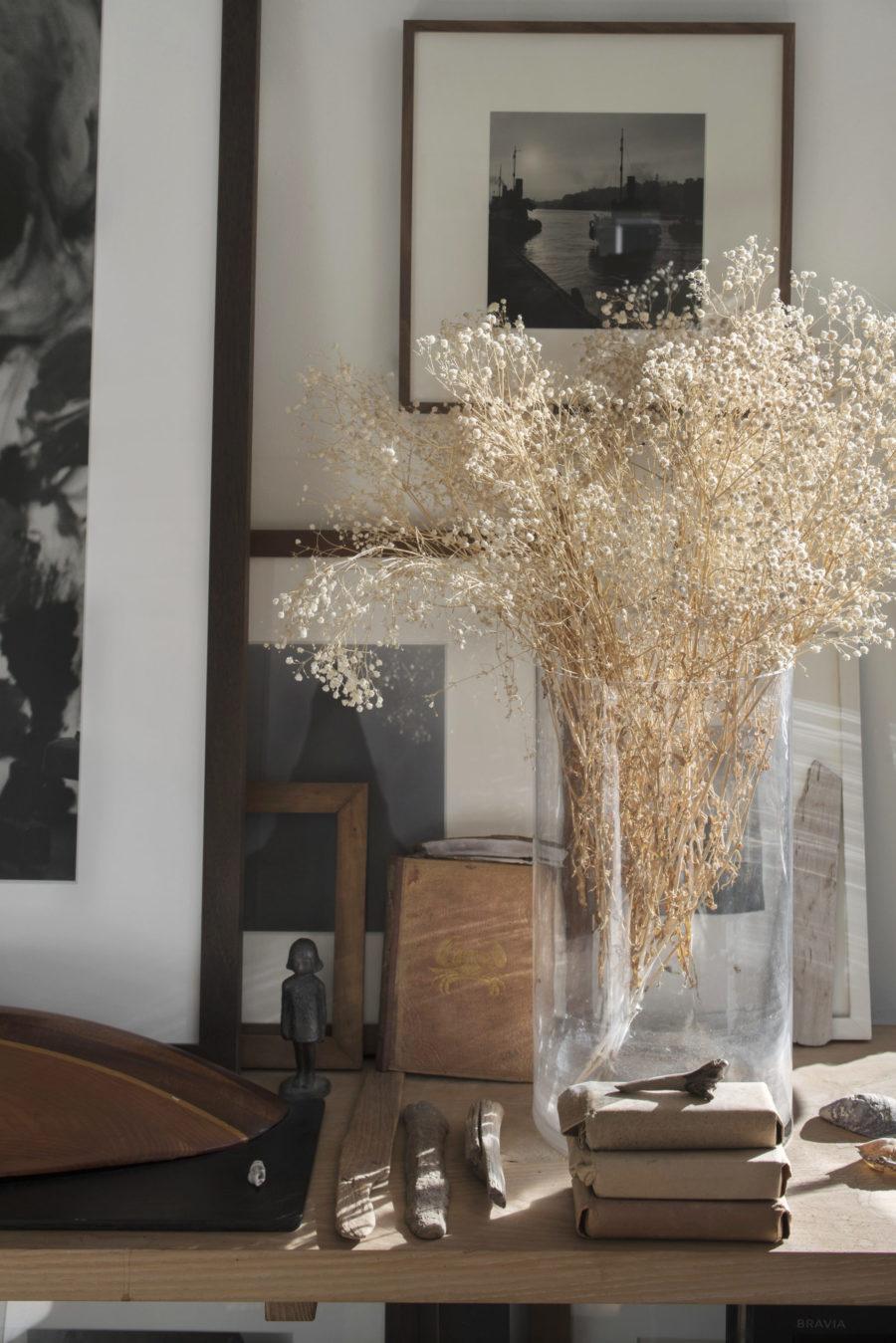 Bild på torkade blommor i vas hemma hos Johan Fredlund och Jenny Kästel Tavassoli.