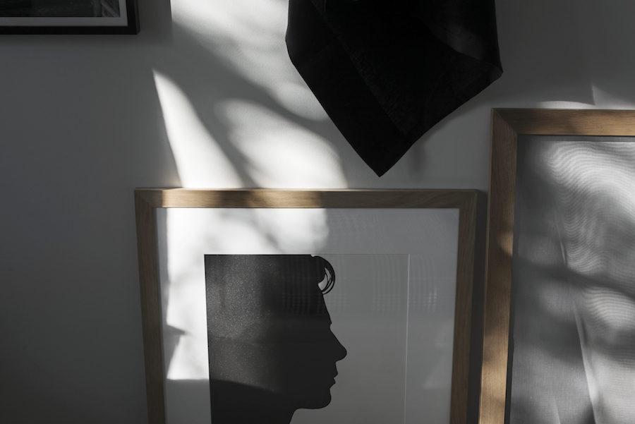 Konst som föreställer silhuett av man hemma hos Johan Fredlund och Jenny Kästel Tavassoli.
