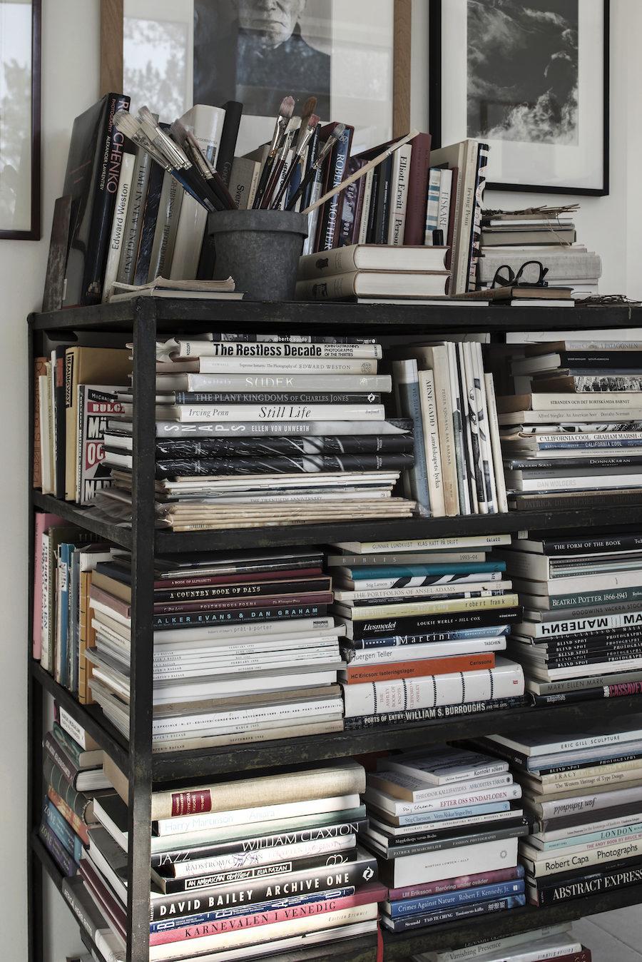 Bild på Johan Fredlunds och Jenny Kästel Tavassolis stora samling med fotoböcker.
