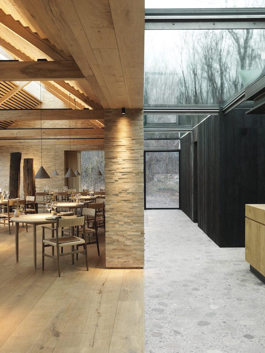 Bild på kontrasten mellan utomhus och inomhus på René Redzepis Noma 2.0.
