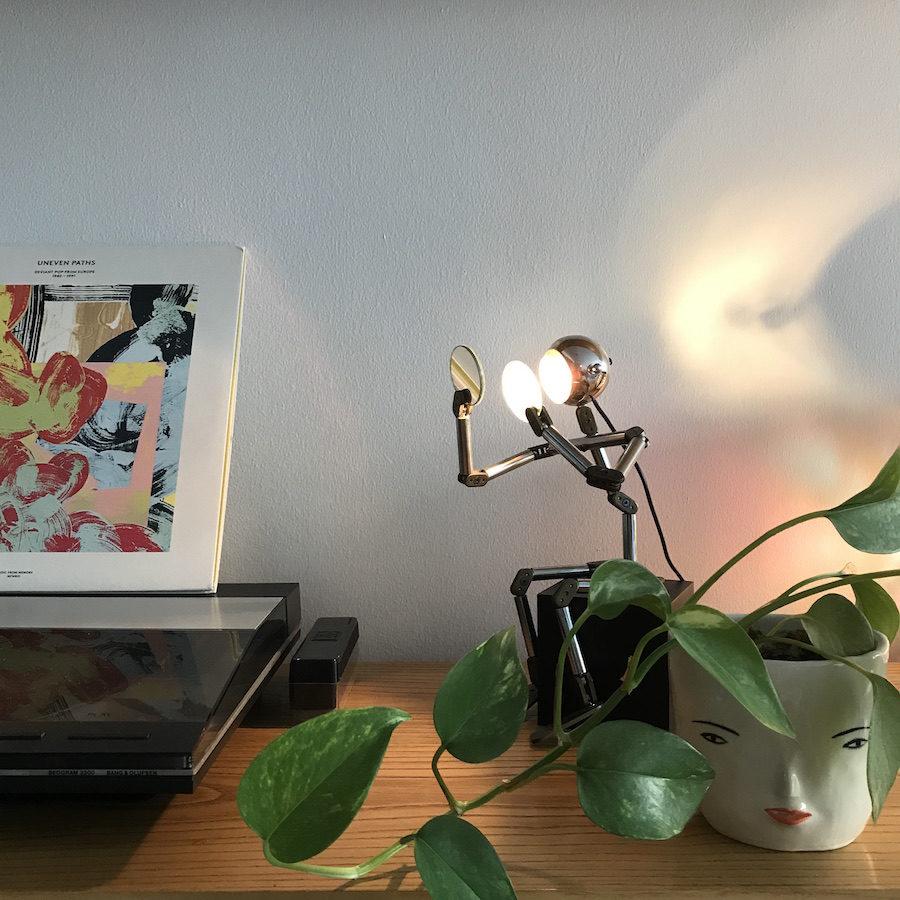 Bild på robotlampa och växt hemma hos Auktionstipsets Lisa Milberg.