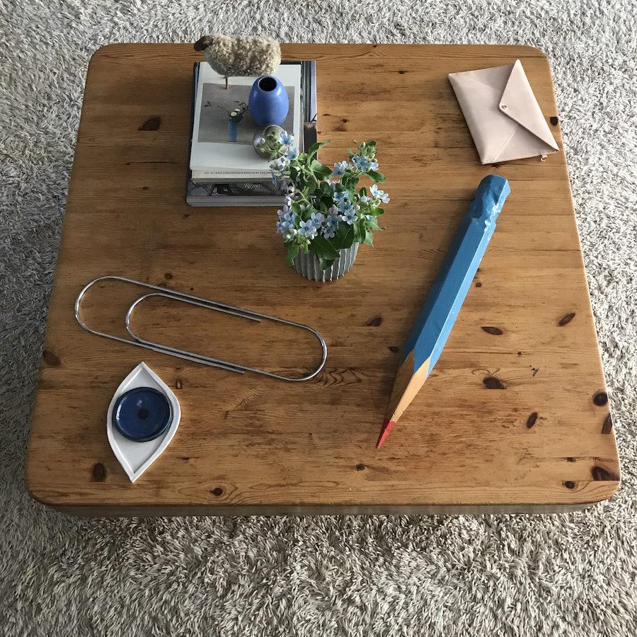 Bild på uppförstorat kontorsmaterial på träbord hemma hos Lisa Milberg.